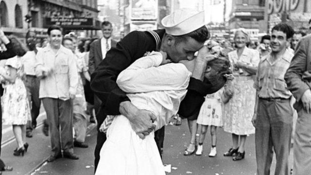 Legendary Life V-J Day 'Kiss'. Sailor Dies 95.